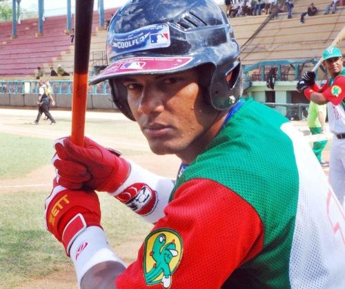 Alarcón es el líder de los bateadores con 500