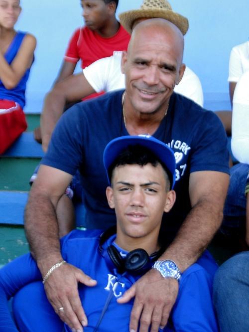 Vargas Álvarez junto a su hijo Miguel en el estadio Mártires de Barbados de Bayamo / FOTO ZdS