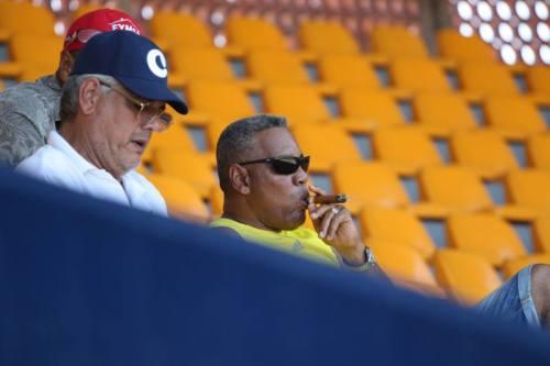 Antonio Castillo y Víctor Mesa chequeando el partido contra Canadá en la gradas del Arturo C. Nahl