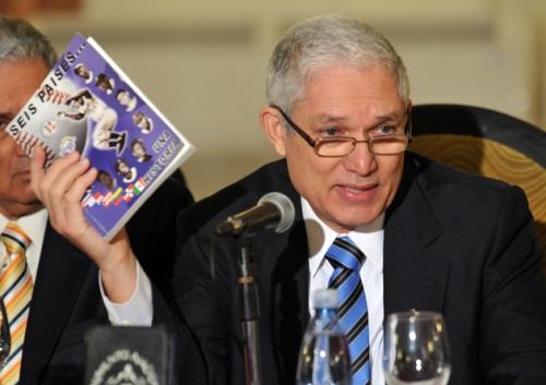 Puello  Herrera en una conferencia de prensa el 11 de junio de 2013, en La Habana, donde anunció el regreso de Cuba a la Serie del Caribe / FOTO Ernesto Mastrascusa (EFE)