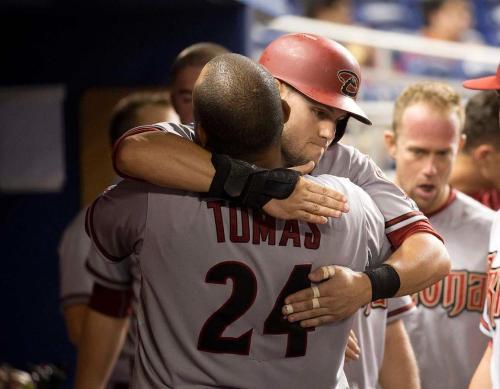 Tomás celebra la victoria con Chris Owings / FOTO AP
