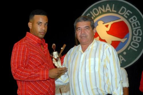Luis Batista Rodríguez (D), subdirector de actividades deportivas del Instituto Nacional de Deportes, Educación Física y Recreación (INDER) en Granma, entregó premios a los líderes individuales a la ofensiva de la 39 serie provincial de este deporte, en la Primera Gala del Béisbol de la provincia de Granma, efectuada en el teatro Bayamo de la ciudad homónima, Cuba, el 6 de junio de 2015. AIN FOTO/Armando Ernesto CONTRERAS TAMAYO/sdl