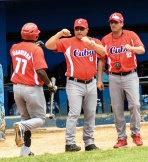 Roger Machado ©, director del equipo Cuba de beisbol, felicita a William Saavedra (I), tras conectar de cuadrangular, en el segundo choque amistoso de beisbol con la selección nacional de Nicaragua, en el estadio Latinoamericano, en La Habana, el 22 de junio de 2015. AIN FOTO/Marcelino VAZQUEZ HERNANDEZ/rrcc