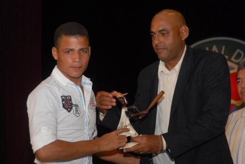 Ernesto Guevara Ramos (D), gloria del béisbol, entregó premios a los líderes individuales a la ofensiva de la 39 serie provincial de este deporte, en la Primera Gala del Béisbol de la provincia de Granma, efectuada en el teatro Bayamo de la ciudad homónima, Cuba, el 6 de junio de 2015. AIN FOTO/Armando Ernesto CONTRERAS TAMAYO/sdl