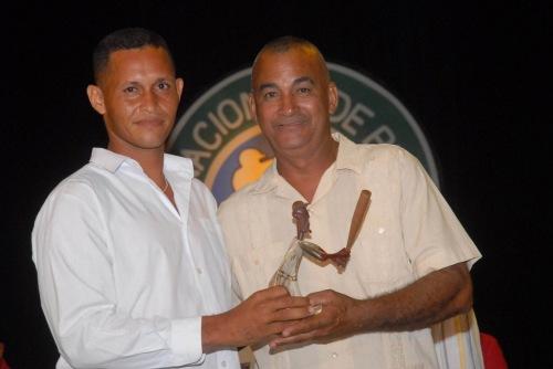 Pedro Luís Palma Benítez (D), gloria del béisbol, entregó premios a los líderes individuales a la ofensiva de la 39 serie provincial de este deporte, en la Primera Gala del Béisbol de la provincia de Granma, efectuada en el teatro Bayamo de la ciudad homónima, Cuba, el 6 de junio de 2015. AIN FOTO/Armando Ernesto CONTRERAS TAMAYO/sdl