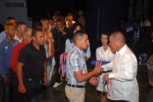 Francisco Escribano Cruz (D), vicepresidente de la Asamblea Provincial del Poder Popular, entregó las medallas a los atletas del municipio Yara, por ser los campeones de la 39 serie provincial de béisbol, en la Primera Gala del Béisbol de la provincia de Granma, efectuada en el teatro Bayamo de la ciudad homónima, Cuba, el 6 de junio de 2015. AIN FOTO/Armando Ernesto CONTRERAS TAMAYO/sdl