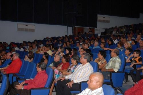 Público asistente a la Primera Gala del Béisbol de la provincia de Granma, efectuada en el teatro Bayamo de la ciudad homónima, Cuba, el 6 de junio de 2015. AIN FOTO/Armando Ernesto CONTRERAS TAMAYO/sdl